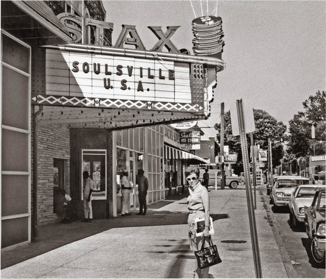 Axton_Outside_of_Stax_Records_Studio_1968_cc.jpg