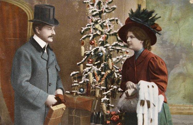 Mr. and Mrs. Vance Lauderdale exchange Holiday pleasantries.