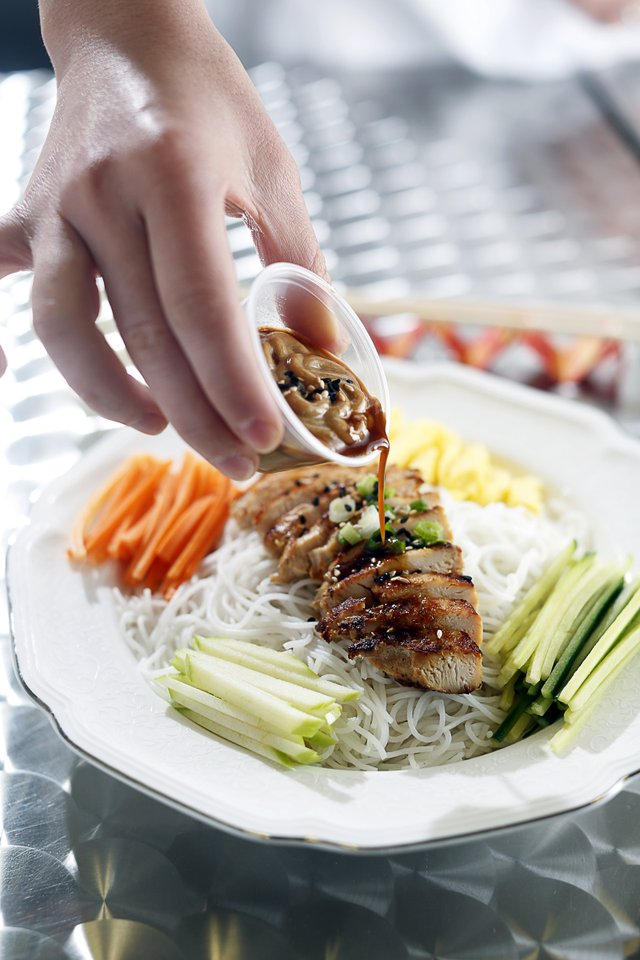 4Dumplings: The menu includes grilled chicken and vegetable meals.