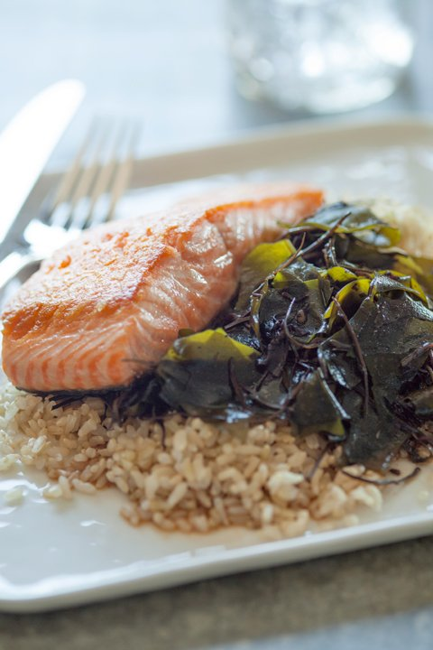 901Health_Recipe_Whole_Foods_Recipes_SpicySeaweedSaladWithBrownRiceAndSalmon.jpg