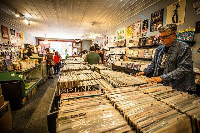 Shopping_for_Records_at_Goner_Records_S4vpLekHVmuurRi8_49OVvr18q0ABlZBh_rgb_l.jpg